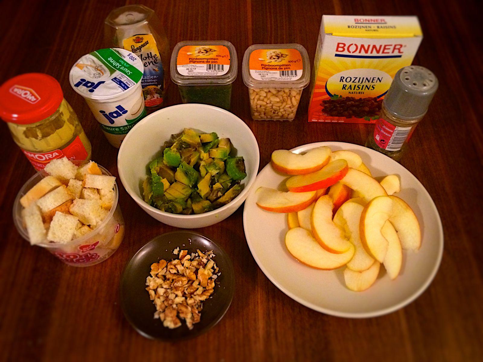 Mise en place für den Apfel Avocado Salat